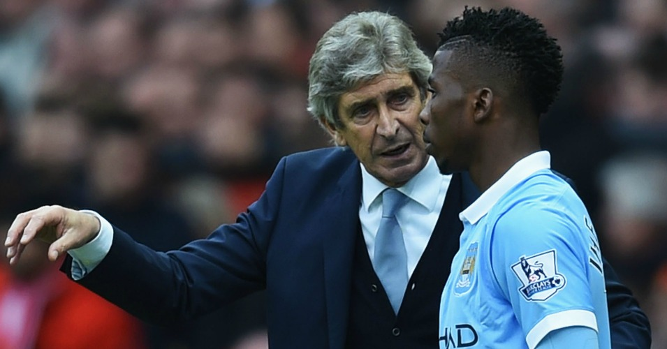 MANCHESTER, ENGLAND - OCTOBER 25:  Manuel Pellegrini, manager of Manchester City instructs Kelechi Iheanacho at the sideline during the Barclays Premier League match between Manchester United and Manchester City at Old Trafford on October 25, 2015 in Manchester, England.  (Photo by Michael Regan/Getty Images)